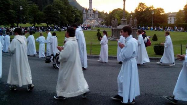 Pelerinage-servants-autel-Lourdes-