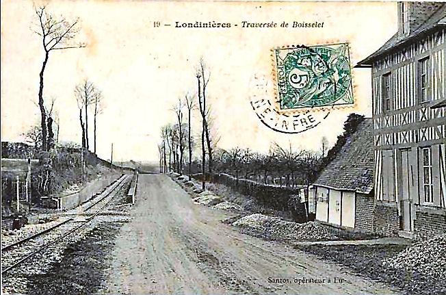 10 Traversée de Boisselet (route non asphaltée avec ses tas de cailloux sur l'accotement !)