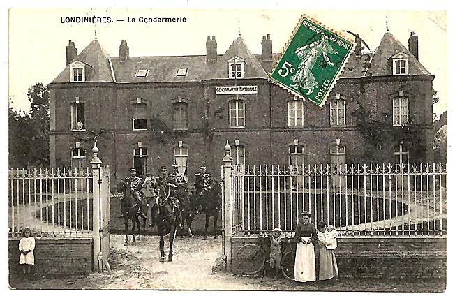 12 Gendarmes à cheval (belle prestance...)