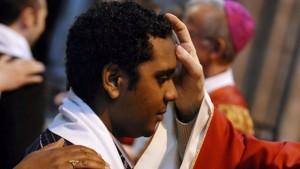 1er juin 2008: Onction avec le saint chrême des confirmands lors des confirmations d'adultes à la basilique de Saint-Denis (93), France.